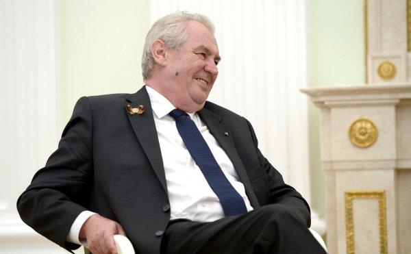 Президент Чехии на костре сжёг огромные красные трусы