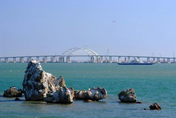 Водолазы нашли возле Крымского моста обломки катера времён войны