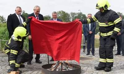 В Чехии президент привселюдно сжег красные трусы