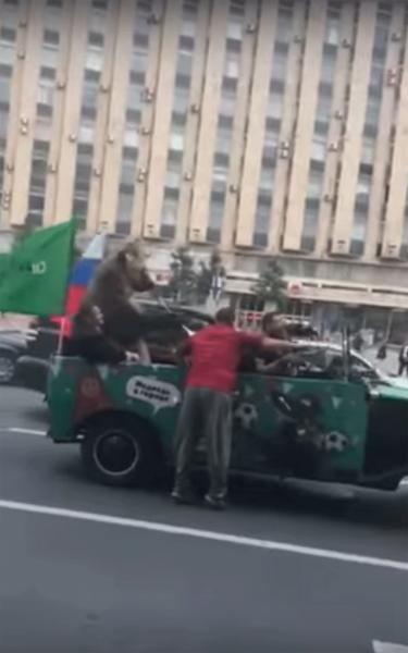 В первый день ЧМ-2018 медведь с вувузелой ездил на кабриолете по центру Москвы