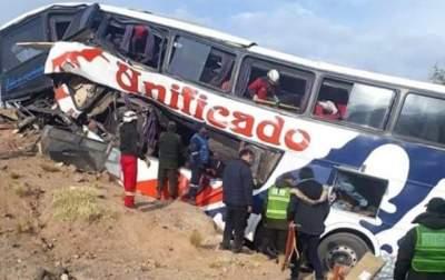 В Боливии автобус врезался в скалу: 17 погибших