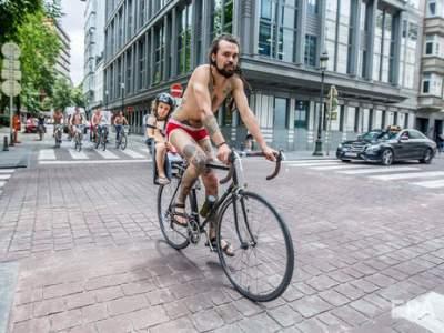 В Бельгии состоялся массовый протест обнаженных велосипедистов