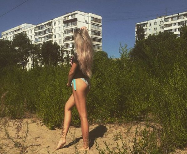 Блондинка прогулялась по трущобам Воронежа в нижнем белье