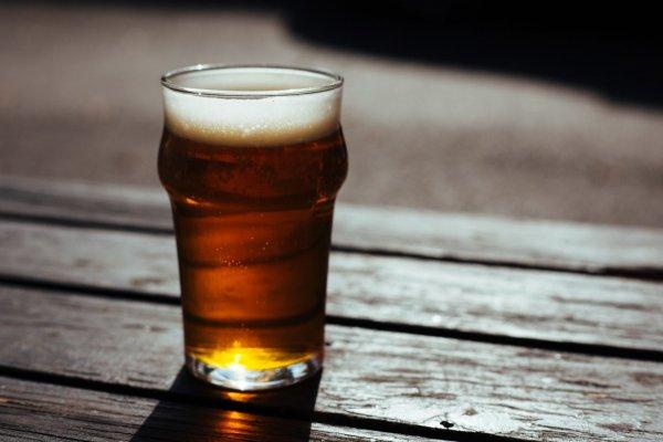 Экс-главред «Коммерсанта» подаст в суд на Bud за тяжелые стаканы