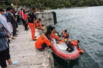Десятки человек пропали без вести при крушении парома в Индонезии