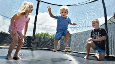 В Дании детишек лишили права прыгать на батутах