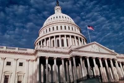 В США сенатору, подавившемуся во время обеда, сломали ребра