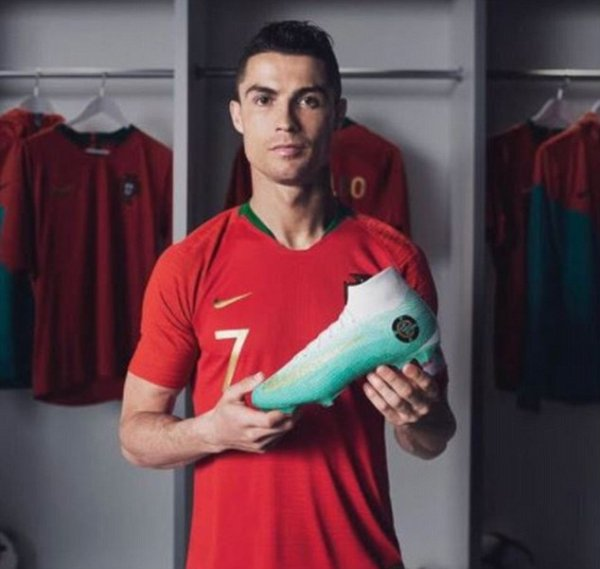 Криштиану Роналду теперь будет играть в эксклюзивных бирюзовых бутсах от Nike