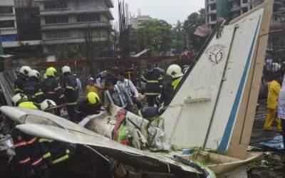 В Индии самолет упал на жилой квартал