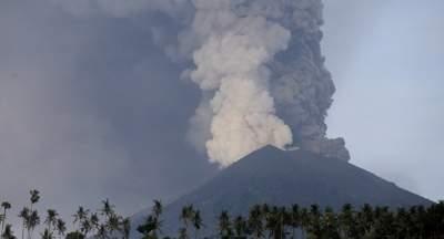 На Бали проснулся древний вулкан