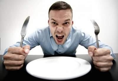 Диетологи рассказали, какая пища вызывает голод, а не подавляет его