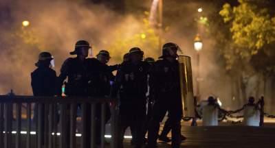 Протесты во Франции: молодежь забрасывает копов