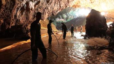 В Таиланде из пещеры вытащили последнего ребенка и тренера