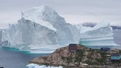 Гигантский айсберг вплотную подошел к селу в Гренландии, вызвав панику