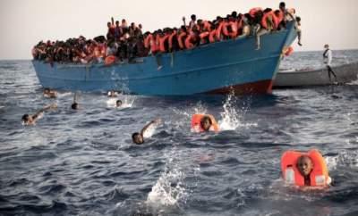 Италия оставила дрейфовать в море судно с 450 мигрантами