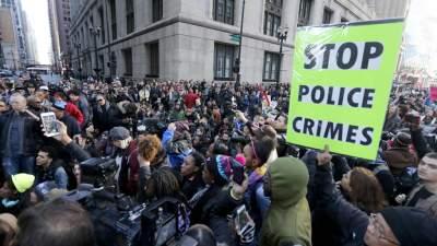 В Чикаго протестующие калечат полицейских из-за убийства мужчины