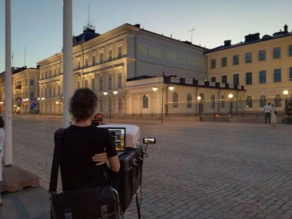 «Весь мир наблюдает»: Лозунг в Хельсинки спроецировали на здание