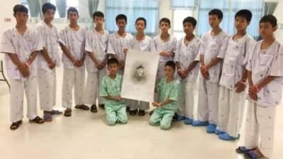 В Таиланде спасенные дети почтили память погибшего дайвера