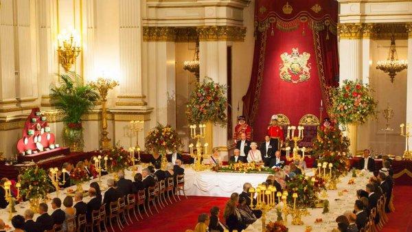 Паста, рис или картофель: Стали известны запрещенные блюда в Букингемском дворце