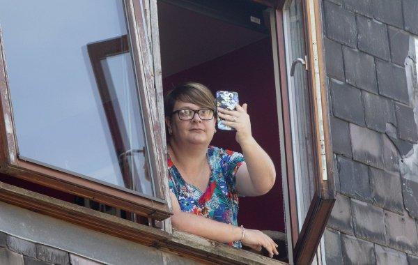 Чехол для смартфона спас жизнь любопытной женщине во время грозы