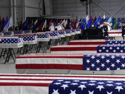 На Гавайях состоялась церемония возвращения останков американских солдат в США