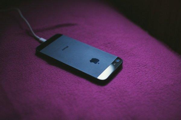 Заряжай правильно: Эксперты раскрыли самые распространенные мифы про зарядку смартфонов