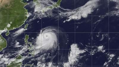 Аэропорты Японии отменили рейсы из-за мощного тайфуна