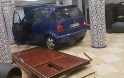 Неизвестный въехал в двери французской мечети на автомобиле