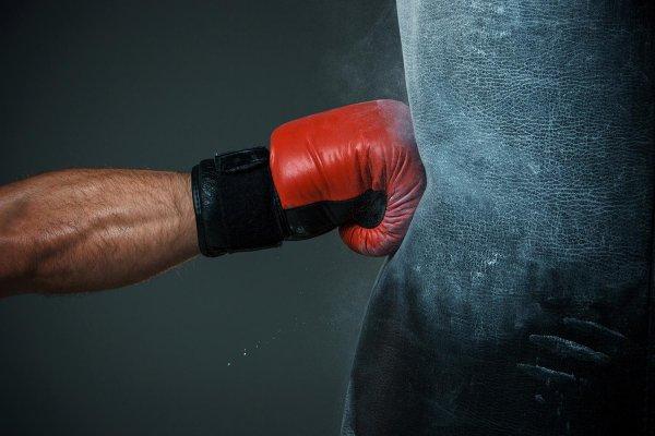 Боец MMA чуть не умер во время боя в Бразилии из-за бездействия рефери