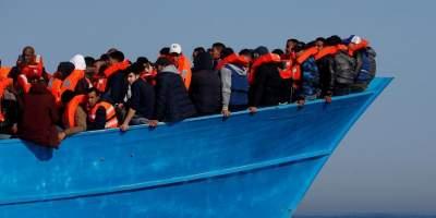 У берегов Италии иммигранты объявили голодовку на борту судна
