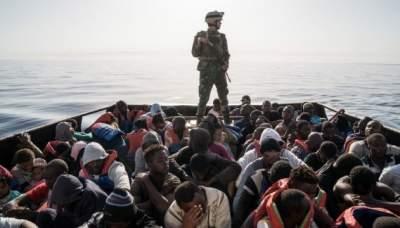 Италия разрешила мигрантам сойти с судна