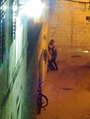 Жителей хорватского города напугали туристы, устроившие интим на улице