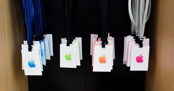 Apple накануне презентации заставляют уборщиков драить бордюры голыми руками