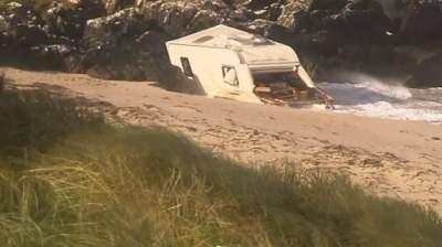 В Ирландии фургон с туристкой снесло ветром со скалы