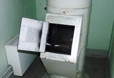 В Беларуси пьяный парень бросился в мусоропровод и застрял