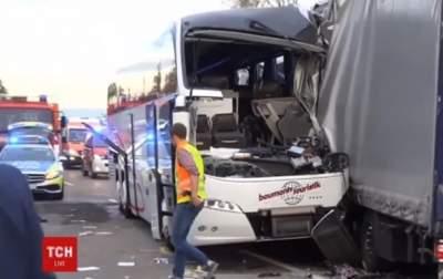 В Германии туристический автобус влетел в фуру: 35 раненых
