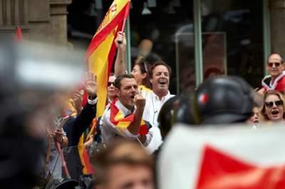 Каталонцы вышли на марш за единство с Испанией
