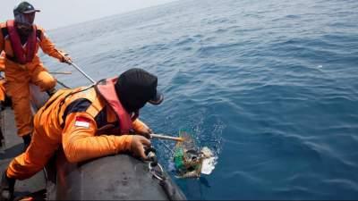 Спасатели подняли со дна моря черный ящик рухнувшего в Индонезии самолета