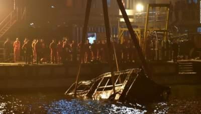 В Китае из-за драки пассажирки с водителем автобус упал в реку