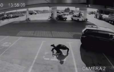 Появились кадры с дерзкой кражей авто рэпера в России. Видео