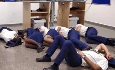 Сотрудники Ryanair потеряли работу, сфотографировавшись спящими