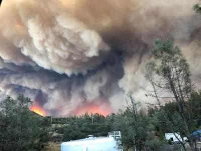 В Северной Калифорнии из-за лесных пожаров эвакуируют тысячи жителей