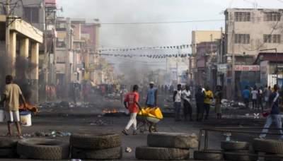 На Гаити автомобиль протаранил толпу: есть погибшие
