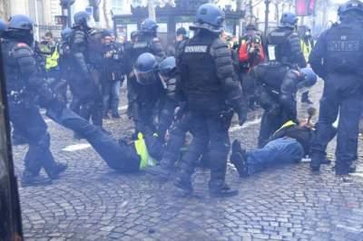 Протестующие французы разбирают брусчатку и прорываются в госучреждения