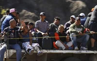 В Мексике сотни мигрантов пытаются прорваться через границу с США