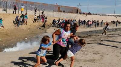 В США обстреляли резиновыми пулями мигрантов