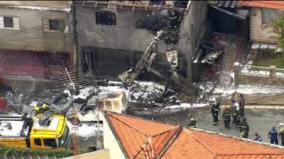 В Бразилии самолет рухнул на жилой квартал