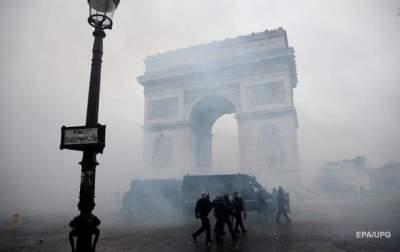 В Париже задержали почти сто