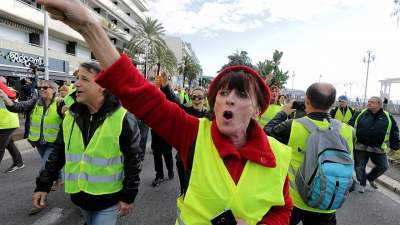 Во Франции полицейским предложат премии, чтобы остановить протесты