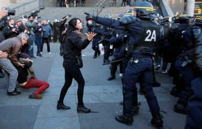 В ходе протестов в Париже полиция задержала 30 человек